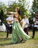 Mittelalterliche Tänzer Mutter mit zwei Töchtern Lizenzfreies Stockfoto