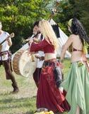 Mittelalterliche Tänzer Mutter mit zwei Töchtern Lizenzfreie Stockbilder