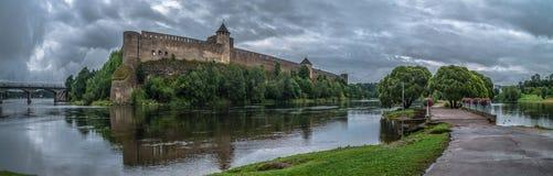 Mittelalterliche Verstärkung auf dem Fluss lizenzfreie stockfotos