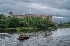 Mittelalterliche Verstärkung auf dem Fluss lizenzfreie stockbilder