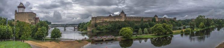 Mittelalterliche Verstärkungen auf dem Fluss lizenzfreie stockfotos