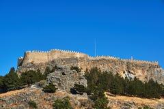 Mittelalterliche Wände und antike Spalten auf die Oberseite des Felsens lizenzfreie stockfotografie