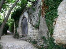 Mittelalterliche Wand mit Holztüren Stockfoto