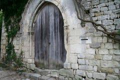 Mittelalterliche Wand mit Holztüren Lizenzfreie Stockfotografie