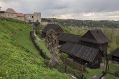Mittelalterlicher Bauernhof mit Schloss im Hintergrund lizenzfreie stockfotos