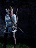 Mittelalterlicher Bogenschütze mit einem Pfeil und Bogen stockfotos