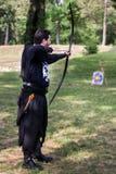 Mittelalterlicher Bogenschütze mit großem hölzernem Bogen und langem Pfeil Lizenzfreie Stockfotografie