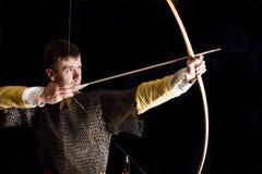 Mittelalterlicher Bogenschütze. Studioschuß stockbilder