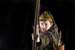 Mittelalterlicher Bogenschütze. Studioschuß lizenzfreies stockfoto