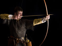 Mittelalterlicher Bogenschütze. Studioschuß Stockbild