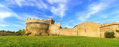 Mittelalterlicher Dorfmarkstein, -Stadtmauern und -turm Populonia. Toskana, Italien. Lizenzfreie Stockbilder