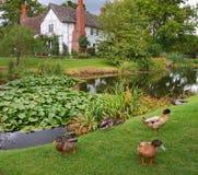 Mittelalterlicher englischer Landsitz und Garten Stockfotos
