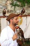 Mittelalterlicher gekleideter Falkner mit mit Kapuze Falken Lizenzfreies Stockbild