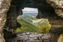 Mittelalterlicher Höhlenstadtfestung Chufut-Kohl in den Bergen stockbild