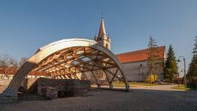 Mittelalterlicher Hof mit Ruinen und alter verbesserter Kirche Lizenzfreies Stockbild