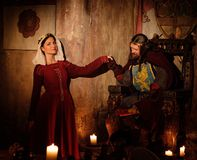 Mittelalterlicher König mit seiner Königin im alten Schlossinnenraum lizenzfreie stockbilder