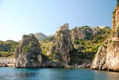 Mittelalterlicher Küstenkontrollturm in Scopello, Sizilien Stockfotos