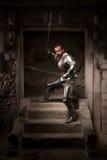 Mittelalterlicher Krieger, der auf Schritten des alten Tempels aufwirft Stockbilder