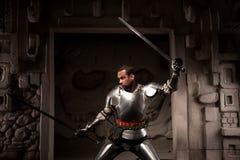 Mittelalterlicher Krieger, der auf Schritten des alten Tempels aufwirft Stockbild