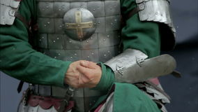 Mittelalterlicher Krieger, der den Gurt löst stock footage