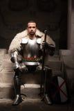 Mittelalterlicher Krieger im Rüstungs- und Pelzumhang Stockbilder