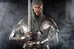 Mittelalterlicher Krieger mit Kettenhemdrüstung und -klinge Lizenzfreies Stockfoto