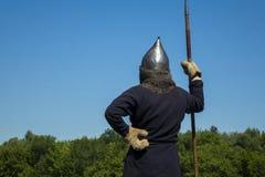 Mittelalterlicher Krieger während des historischen Festivals Stockbilder