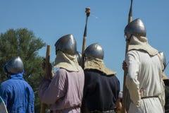 Mittelalterlicher Kriegerskampf während des historischen Festivals Lizenzfreies Stockbild