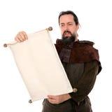 Mittelalterlicher Mann, der eine Rolle hält Stockfotos