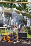 Mittelalterlicher Mann, der Nahrung zubereitet Stockfotos