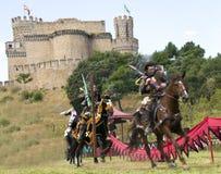 Mittelalterlicher Ritter auf seinem Pferdengaloppieren stockbild