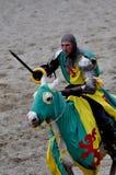 Mittelalterlicher Ritter auf zu Pferde Lizenzfreies Stockfoto