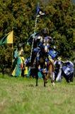 Mittelalterlicher Ritter auf zu Pferde Stockbilder