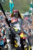 Mittelalterlicher Ritter auf zu Pferde Stockfotografie