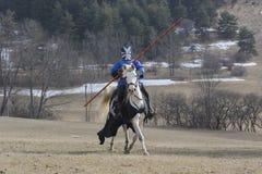 Mittelalterlicher Ritter, der für Turnier sich vorbereitet lizenzfreie stockfotos