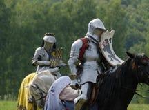 Mittelalterlicher Ritter in der Rüstung zu Pferd Lizenzfreies Stockfoto