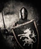 Mittelalterlicher Ritter in der vollen Rüstung stockbild