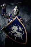 Mittelalterlicher Ritter in der vollen Rüstung Stockfotos