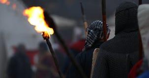 Mittelalterlicher Ritter gebranntes Dorf stock footage