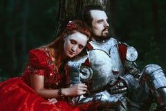 Mittelalterlicher Ritter mit Dame stockfotografie