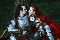 Mittelalterlicher Ritter mit Dame lizenzfreie stockfotos
