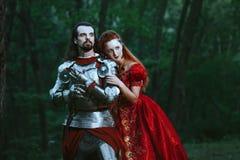 Mittelalterlicher Ritter mit Dame lizenzfreie stockfotografie