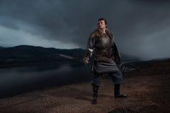 Mittelalterlicher Ritter mit Klinge in der Rüstung als Art Spiel von Thronen herein Stockfoto