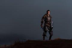 Mittelalterlicher Ritter mit Klinge in der Rüstung als Art Spiel von Thronen herein Lizenzfreies Stockbild