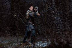Mittelalterlicher Ritter mit Klinge in der Rüstung als Art Spiel von Thronen herein lizenzfreie stockbilder