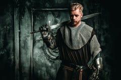 Mittelalterlicher Ritter mit Klinge und Rüstung Stockfotografie