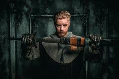Mittelalterlicher Ritter mit Klinge und Rüstung stockbilder