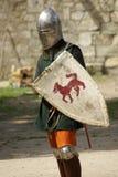 Mittelalterlicher Ritter mit Metallsturzhelm und -klinge Lizenzfreies Stockfoto