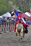 Mittelalterlicher Ritter zu Pferd Stockfotografie