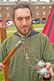 Mittelalterlicher Soldat mit Dreschflegel Stockfoto